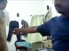 Amateur Indian hottie gives head